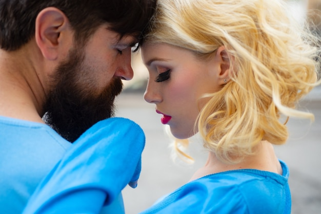 Coppia romantica innamorata fidanzato e fidanzata primo piano giovane coppia innamorata all'aperto tenerezza e...