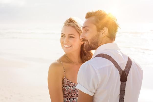 Coppie romantiche insieme alla spiaggia