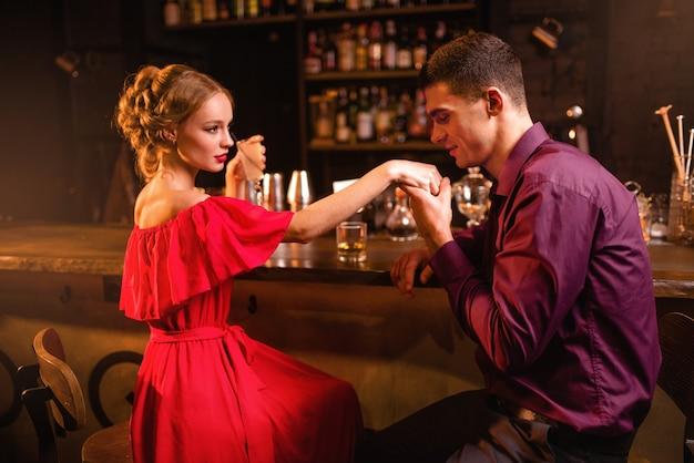 Appuntamento romantico al ristorante, donna flirta con l'uomo