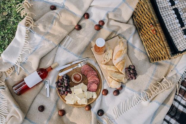 Cena romantica nella natura. vista dall'alto. concetto di picnic