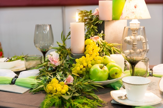 Cena romantica, tavola decorata, nessuno