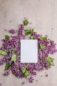 Composizione di fiori romantici mock up cornice con fiori lilla su sfondo viola