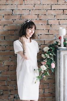 Ragazza romantica in camera vintage con fiori