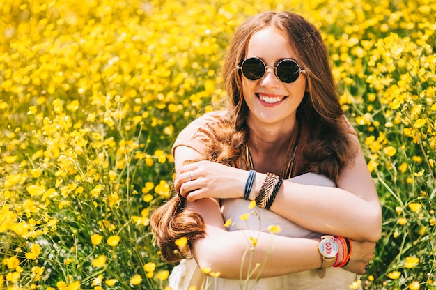 Ragazza romantica hippie in piedi in un campo. estate. stile hippie