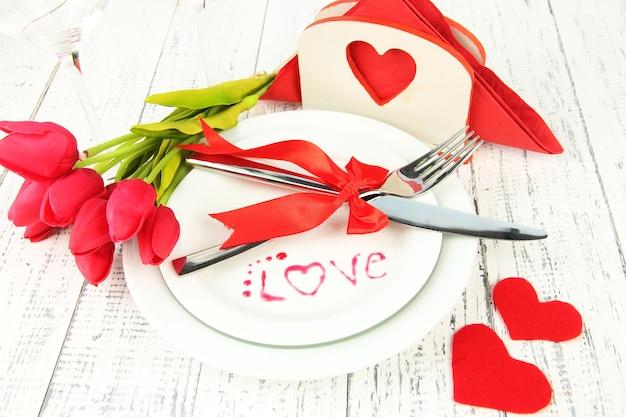 Impostazione della tavola delle vacanze romantiche, primo piano