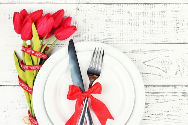 Regolazione della tabella di festa romantica, su fondo di legno