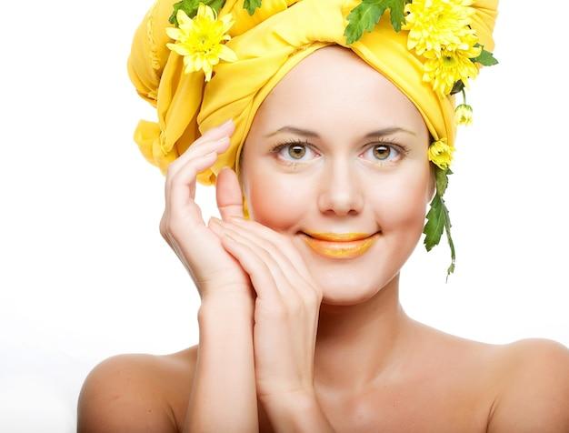 Immagine romantica di una giovane donna con crisantemi gialli