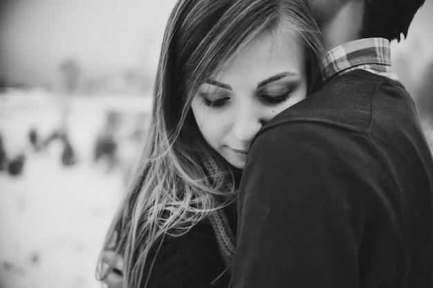 Una coppia romantica di amore cammina nello snow park buone vacanze invernali