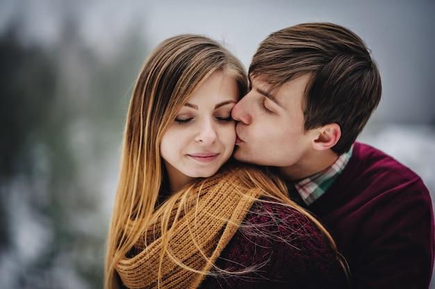 Una coppia romantica di amore cammina nello snow park vacanze invernali