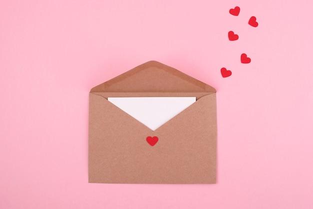 Lettera d'amore romantica. vista dall'alto. concetto di san valentino.