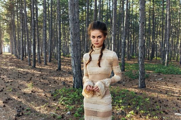 Persone romantiche in abito da sera foresta di conifere e modello di acconciatura romanticismo.