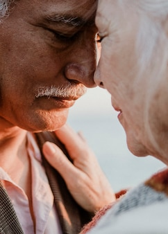 Romantica coppia di anziani al molo