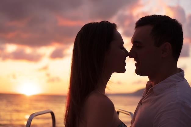 Giovane coppia romantica e sensuale innamorata al tramonto