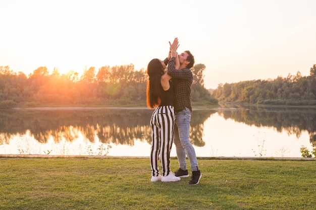 Romantico, ballo sociale e concetto di persone - giovani coppie che ballano un tango o bachata vicino al lago.
