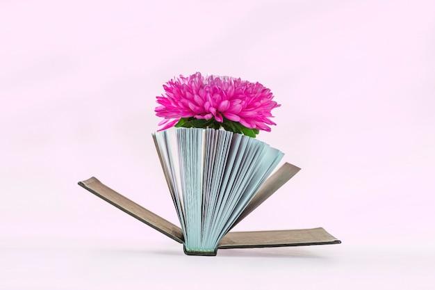 Natura morta romantica con mini-libro con poesie e bellissimo fiore rosa. stile vintage e retrò. poesia e concetto di letteratura.