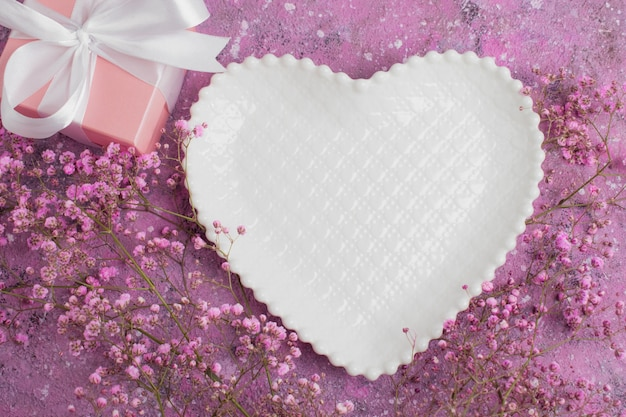 Impostazione romantica della tavola per il giorno di san valentino.