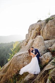 Romantico sposi innamorati passeggiate in montagna e foresta