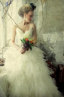 Romantica giovane sposa in interni d'epoca in stile autunnale.