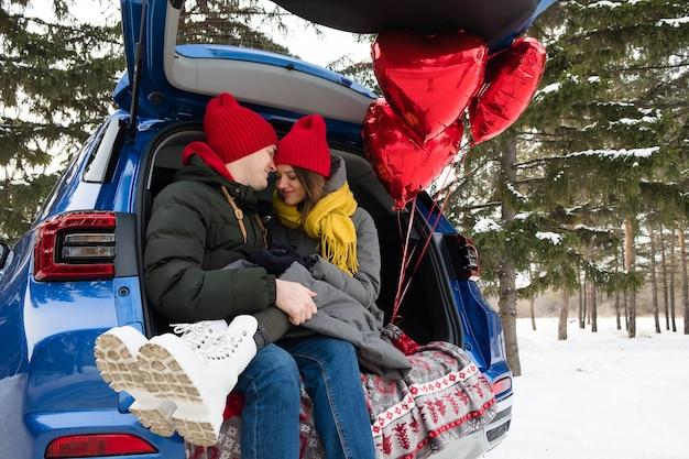 Tempo di amore della coppia romantica giovane hipster all'aperto. amore, san valentino