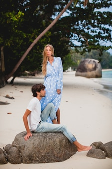 Coppia romantica giovane hipster alla moda innamorata sulla spiaggia tropicale durante le vacanze