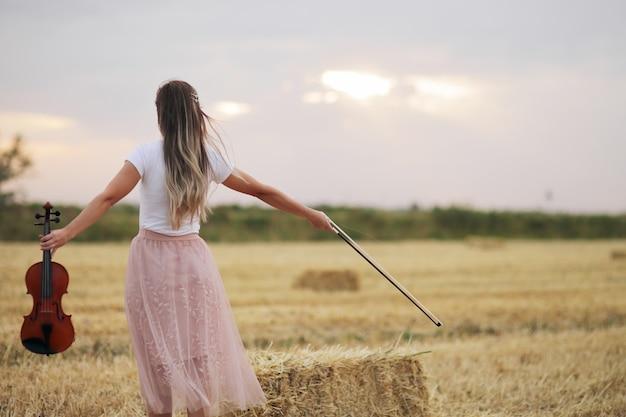 Giovane donna romantica con capelli fluenti