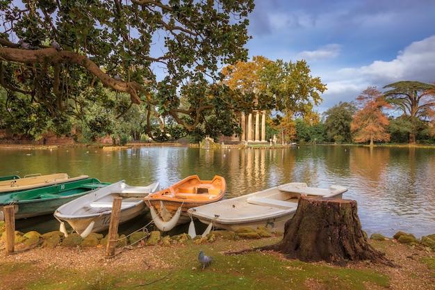 Roma in autunno laghetto di villa borghese nel parco