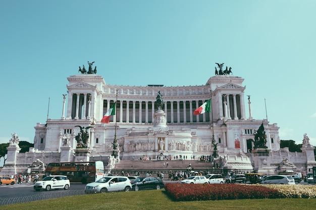 Roma, italia - 3 luglio 2018: : vista frontale panoramica del museo il monumento a vittorio emanuele ii noto anche come il vittoriano o altare della patria a piazza venezia a roma. giornata estiva e cielo azzurro