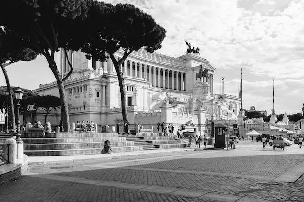 Roma, italia - 19 giugno 2018: vista frontale panoramica del museo il monumento a vittorio emanuele ii noto anche come il vittoriano o altare della patria in piazza venezia a roma. giornata estiva e cielo azzurro