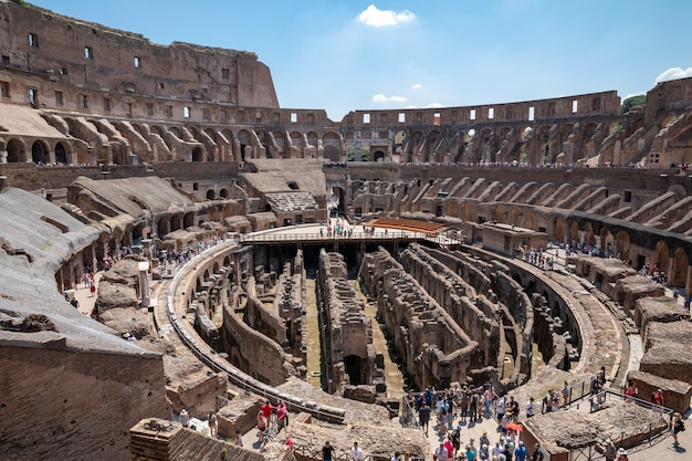 Roma, italia - 20 giugno 2018: vista panoramica dell'interno del colosseo a roma. giornata estiva con cielo azzurro e soleggiato