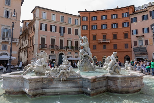 Roma, italia - 21 giugno 2018: la vista panoramica della fontana del nettuno, chiamata anche fontana dei calderari è una fontana a roma. si trova all'estremità nord di piazza navona