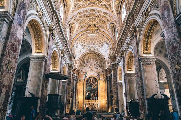 Roma, italia - 21 giugno 2018: vista panoramica dell'interno della chiesa di san luigi dei francesi. è una chiesa cattolica romana a roma, non lontano da piazza navona