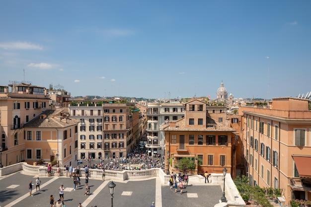 Roma, italia - 21 giugno 2018: vista panoramica di piazza di spagna su piazza di spagna a roma. l'orchestra suona sui gradini e la gente si riposa vicino