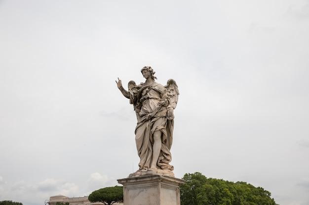Roma, italia - 22 giugno 2018: scultura in marmo d'arte a castel sant'angelo (mausoleo di adriano)