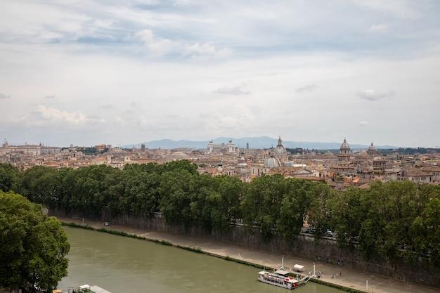 Roma, italia - 22 giugno 2018: vista panoramica sulla città di roma e sul fiume tevere a roma. giorno d'estate