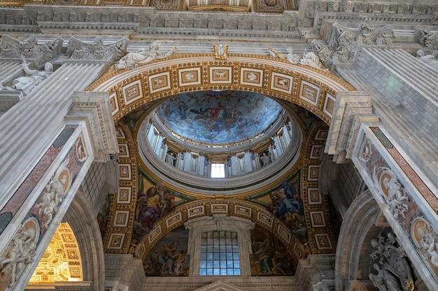 Roma, italia - 22 giugno 2018: vista panoramica dell'interno della basilica papale di san pietro (basilica di san pietro). è una chiesa rinascimentale italiana nella città del vaticano, enclave papale all'interno della città di roma