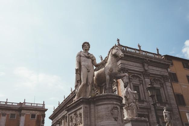 Roma, italia - 23 giugno 2018: vista panoramica del campidoglio o campidoglio è uno dei sette colli di roma e la statua equestre di marco aurelio è un'antica statua romana su piazza del campidoglio