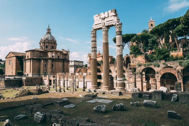 Roma, italia - 23 giugno 2018: vista panoramica del tempio di venere genitrice è un tempio in rovina, forum di cesare noto anche come forum iulium, curia julia (senato) e chiesa santi luca e martina