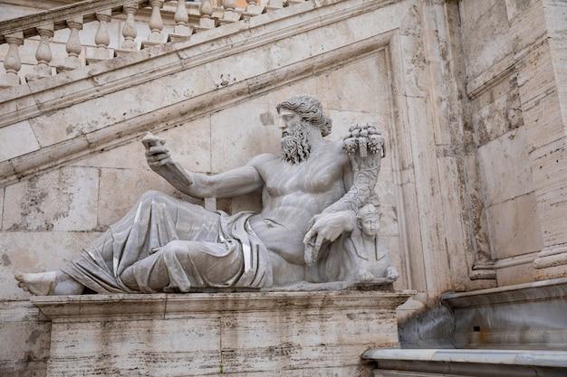 Roma, italia - 23 giugno 2018: vista della facciata con la scultura del palazzo dei senatori (palazzo senatorio) in piazza del campidoglio (capitolino)