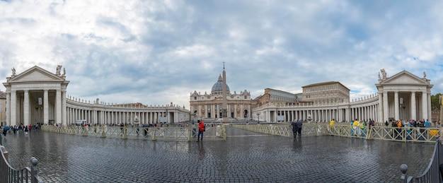 Roma, italia-18 ottobre 2016: la gente che cammina intorno a quare di san pietro per la visita all'interno del museo a roma, italia.