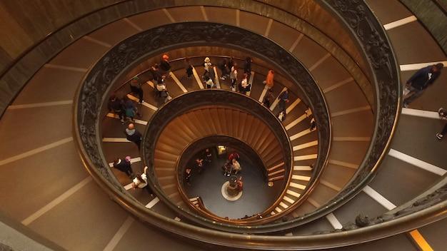 Roma,italia-18 ottobre 2016:le scale a chiocciola per le persone vanno in uscita nel museo del vaticano