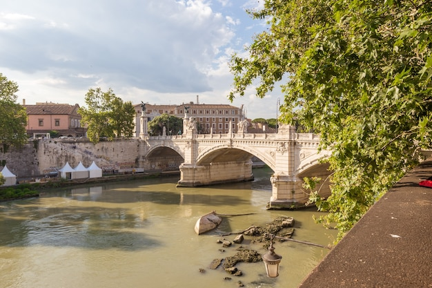 Roma italia vista del famoso sant angelo ponte sul fiume tevere