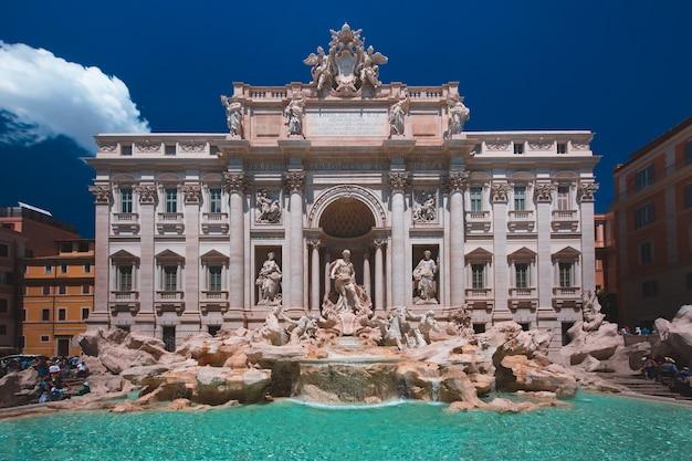 Roma fontana di trevi o fontana di trevi al mattino, roma, italia. trevi è la più grande fontana barocca, la più famosa e visitata dai turisti di roma.