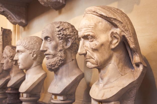 Roma, stato del vaticano - circa agosto 2020: prospettiva di statue classiche nei musei vaticani