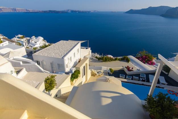 Tetto degli hotel sullo sfondo del mar mediterraneo sull'isola di santorini, villaggio di oia.