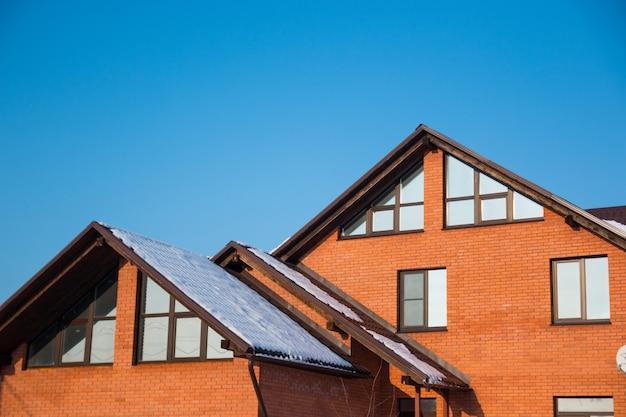 Il tetto della casa con una bella finestra