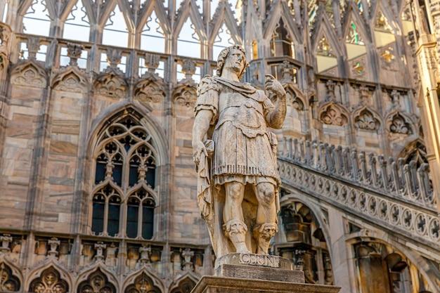 Tetto del duomo di milano duomo di milano con guglie gotiche e statue in marmo bianco