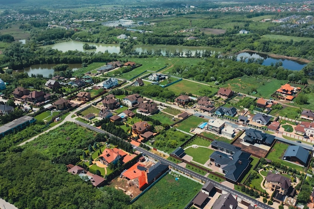 Vista dall'alto del tetto di case e cottage di lusso nel parco naturale vicino alla città, quartiere di lusso
