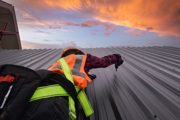 Roofer operaio edile installa nuovi strumenti roofroofing