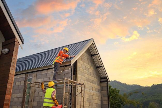 Roofer che lavora alla struttura del tetto dell'edificio in cantiere