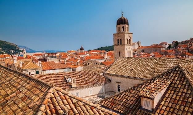 Tetti con tegole rosse nella città vecchia di dubrovnik, croazia